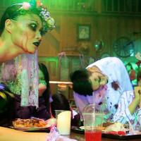 挑戰最驚嚇萬聖節!六福村推出全台唯一互動式「惡靈餐廳」,與活屍共進晚餐嚇到你邊吃邊尖叫。