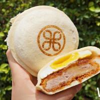 北車上班族搶先吃!全台首間「邁泉豬排」外帶店進駐台北車站,獨家「豬排小漢堡」搶攻豬排控的胃。