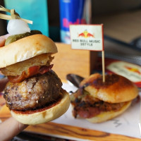 堪稱信義區最潮酒吧!W飯店WOOBAR推出期間限定「Red Bull特調」,再加碼每日冠軍DJ現場演出。