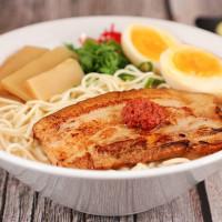 拉麵控一定要吃過!堪稱廣島最強濃厚豚骨拉麵「霸嗎拉麵」強勢登台,超厚切叉燒保證讓拉麵控大呼過癮。