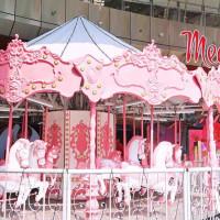 板橋網美一定要拍「粉紅嘉年華」!板橋大遠百強勢推出絕美粉紅樂園,期間限定粉嫩打卡點要讓少女心噴發。
