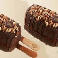 只有板橋人限定!超過280種選擇「COLD STONE濃脆雪糕」獨家現身板站門市,全新改裝開幕推「濃脆雪糕袋著走」買一送一優惠。