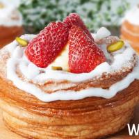 草莓控擠爆八月堂!IG必拍超夢幻「草莓檸檬千層派」限定上市,讓草莓控整個冬天都有滿滿的草莓。