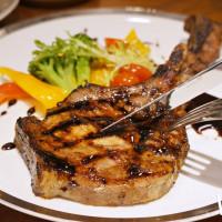 肉肉控先衝一波!「朵頤牛排」推出全新菜色,必拍「戰斧豬排」先打卡再說。