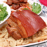 吃貨老饕一定不能錯過!2018 台南美食節推出「阿霞飯店總舖師辦桌」不用1000元就可以吃的到,台南在地人都想知的府城「食」魅力。