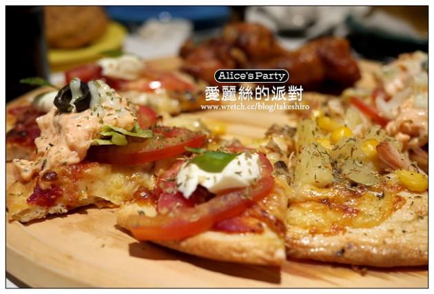 【台中散策食記】愛麗絲的派對:手工披薩、炸物、烤雞無限量 ...