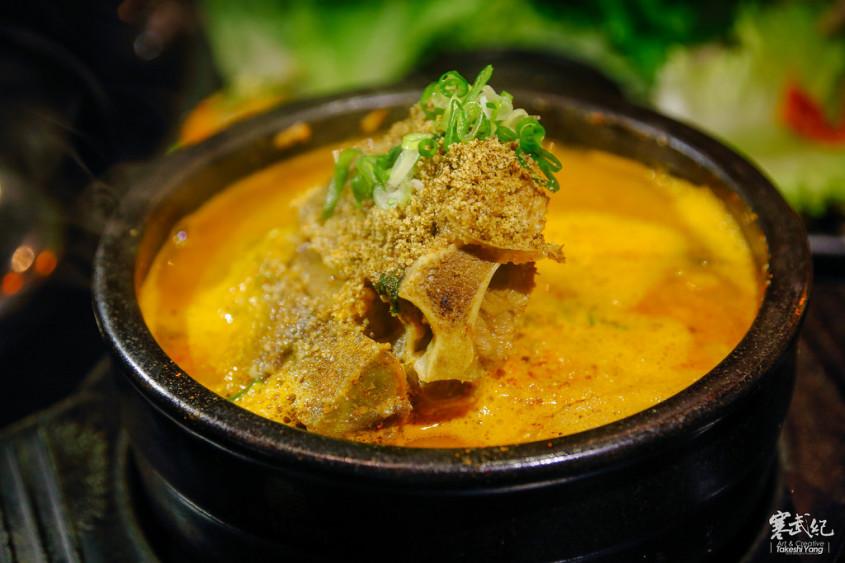 韩式料理里面马铃薯猪骨汤算是相当吸引包子爸的一道菜,里面放了两图片