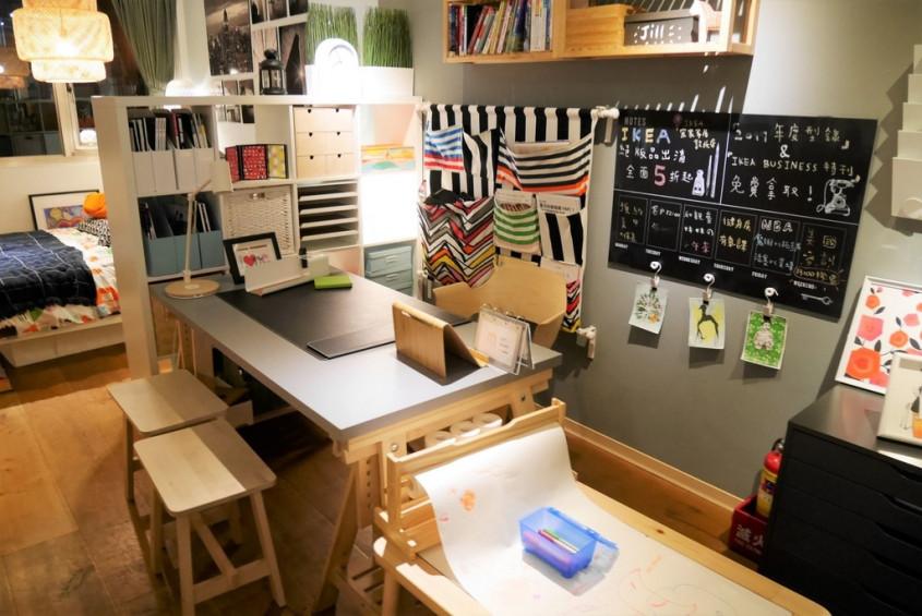 小小的工作室里备有白纸与彩色笔图片