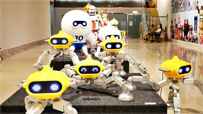 结合镜像原理与体感侦测科技,参观者可透过即时影像,与机器人互动对话