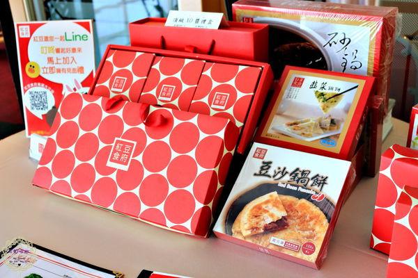 门口摆放了红豆食府的各式伴手礼品与礼盒,有需要的话可以跟服务人员图片