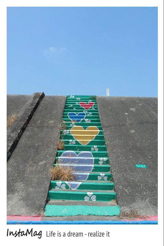 堤防的楼梯彩绘也没有忽略掉,上了鲜艳的各种图案,电线杆也化身为可爱图片