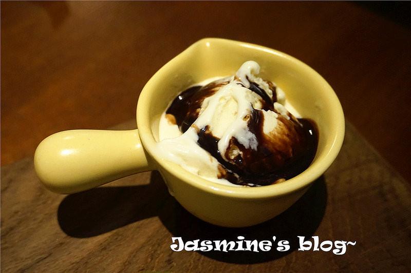 香草冰淇淋配巧克力醬