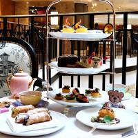 別再說時尚不懂美食!台北君悅酒店首度攜MOSCHINO 跨界聯名,將引領不只是美味甜點,更是不敗的新「食尚美學」。