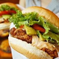 漢堡控尖叫中!夏威夷漢堡「KUA`AINA」推出期間限定新品「酪梨炸雞漢堡」,加碼再推肉肉控必吃「肩胛牛排」。