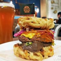 2017冬天限定!Selfish Burger喀漢堡顛覆想像,首推每日限量「麻辣拉麵漢堡」。