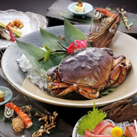 這次沒吃到,不知道會要等多久!六福皇宮祇園日本料理推出今夏御獻立「黃金蟹」大餐,1kg的加拿大螃蟹重量上菜。