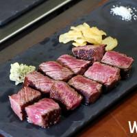 牛排控真的等很久了!牛排教父創始店獨家推出「頂級和牛三重奏」套餐,牛排控一次可以吃到「美、澳、日」三款頂級和牛料理。
