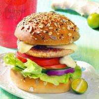 漢堡控就賭你沒吃過!台北天成「Burger Lab.漢堡研究室」推出創意新漢堡,「客家金桔雞肉堡」挑戰北車漢堡控的想像。